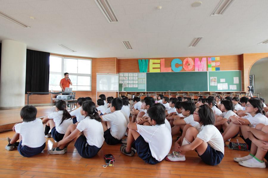 高山(こうやま)小学校で講演する湯川鶴章さん
