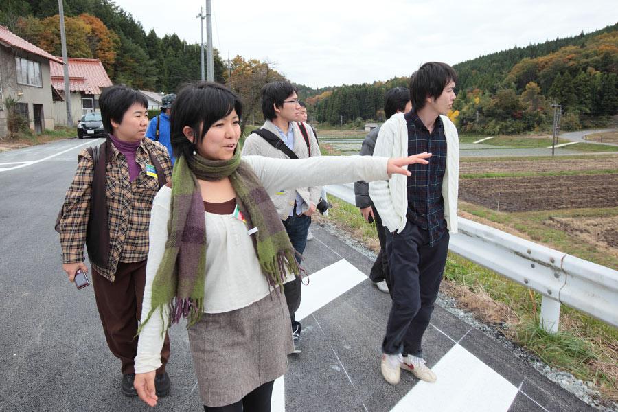 美郷町・日之宮地区を案内する地域おこし協力隊員の小川珠奈さん