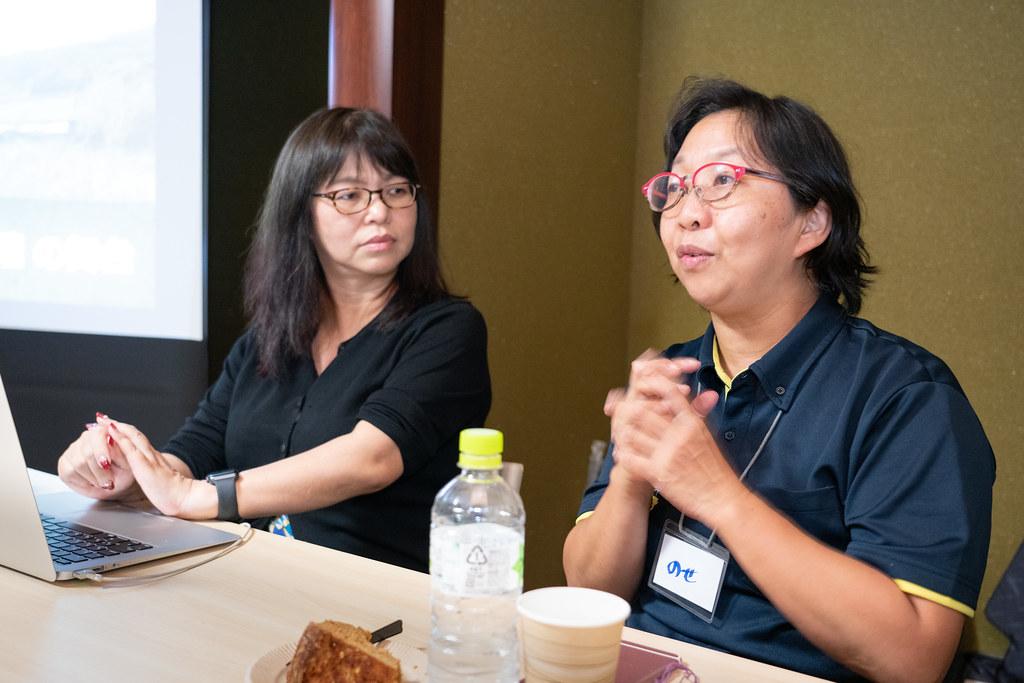 奥田浩美(左)と、肝付町役場・保健師の能勢佳子さん(左)